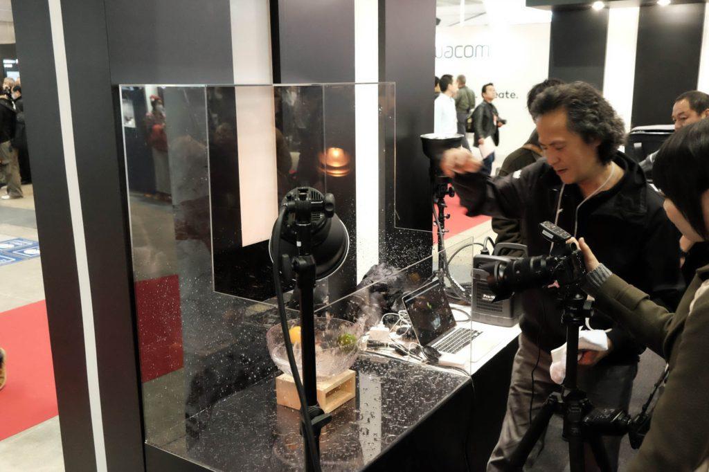 カメラのシャッタースピードは1/8秒。ストロボの閃光速度だけで水しぶきを止める。
