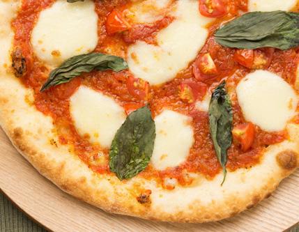 ピザの写真を撮影用ライトを使用して撮影する